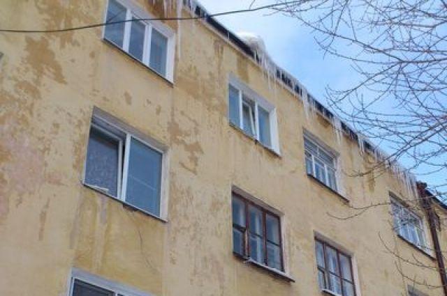 В Екатеринбурге жизни горожан угрожают ледяные снаряды
