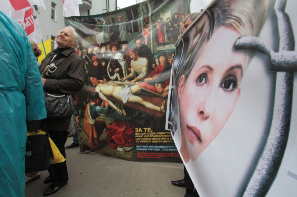 В тюрьме состояние здоровья Юлии Тимошенко начало ухудшаться. Она страдала от сильных болей в спине, а позже врачи диагностировали «межпозвоночную грыжу». В апреле Юлию Тимошенко навестил «эксперт омбудсмена Украины» и составил «письменное заключение о побоях». Это событие вызвало большой международный скандал.