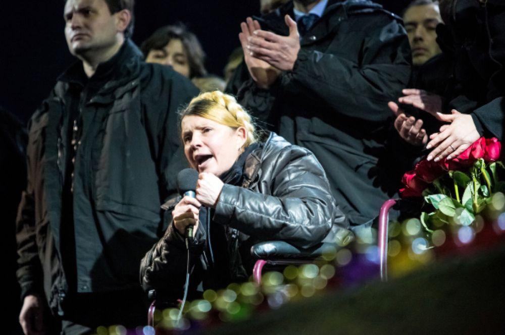 Несмотря на болезнь в день освобождения Юлия Тимошенко сразу прибыла на Майдан НезалежностиВ конце февраля под влиянием массовых акций протеста и беспорядков в нескольких городах Украины Верховная рада приняла решение немедленно освободить Тимошенко. В тот же день – 22 февраля – она выступила на Майдане Незалежности, где заявила о желании в будущем баллотироваться в президенты.