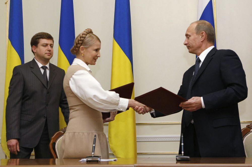 В 2008 году Тимошенко добилась отстранения негосударственной компании «РосУкрЭнерго» от поставок газа и перехода на прямой контракт «Нафтогаз Украины» с «Газпромом». Позже власти сочтут этот договор «кабальным», а сама Тимошенко была приговорена к семи годам заключения за превышение власти.