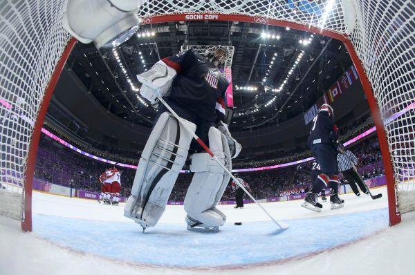 Матч мужских хоккейных сборных России и США завершился громким скандалом. На последних минутах при счёте 2:2 россияне забили третий гол, но рефери его не засчитал – выяснилось, что за пару минут до этого американский вратарь подвинул ворота. В итоге поединок решался в серии буллитов, где команда США оказалась сильнее.