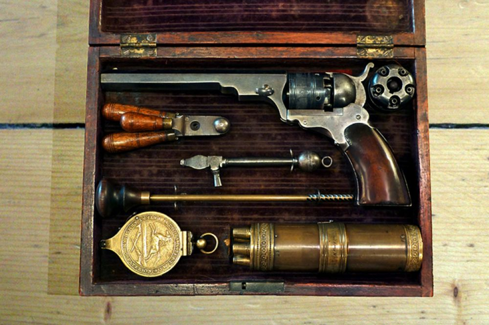 Первым револьвером изобретателя стал Colt Paterson. Он был назван в честь города, в котором Кольт развернул свою мануфактуру. Компания выпускала три типа Paterson - карманные, поясные и кобурные, отличавшиеся длиной ствола и калибром. В период с 1836 по 1842 годы было выпущено около 2 800 таких револьверов.