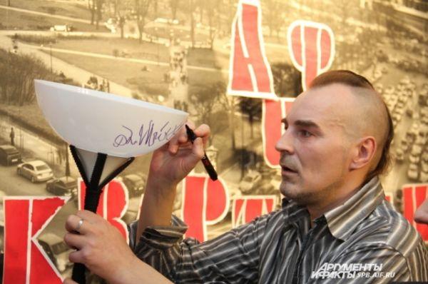 Сергей Паращук оставляет традиционный автограф на плафоне спецпроекта «АиФ-Квартирник»