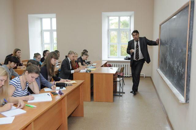 Студенты и преподаватель.