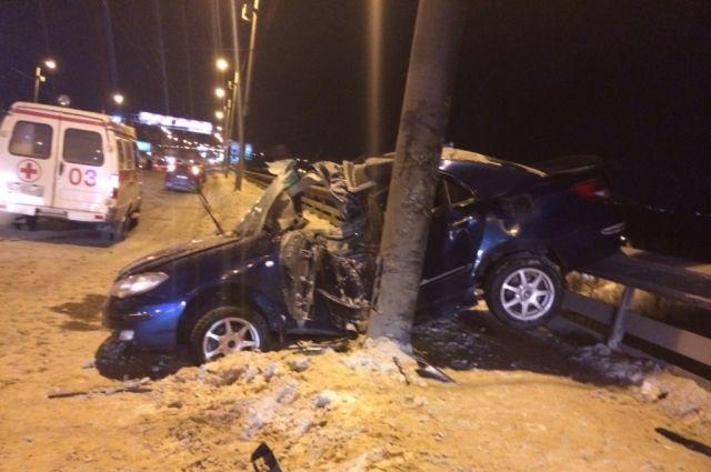 Машина врезалась в столб.