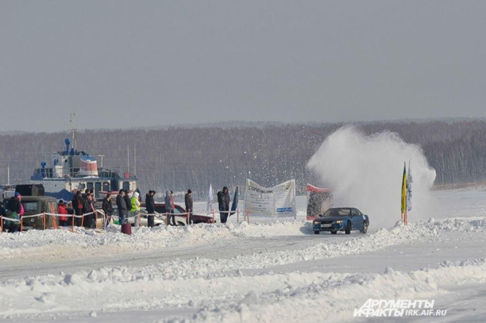 Зрители были в восторге от летящего из-под колес снега.