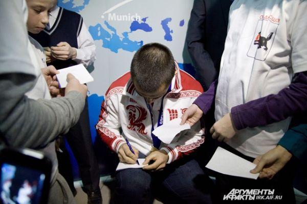 Своим поклонникам Алексей раздал автографы буквально, которые буквально писал на коленках.