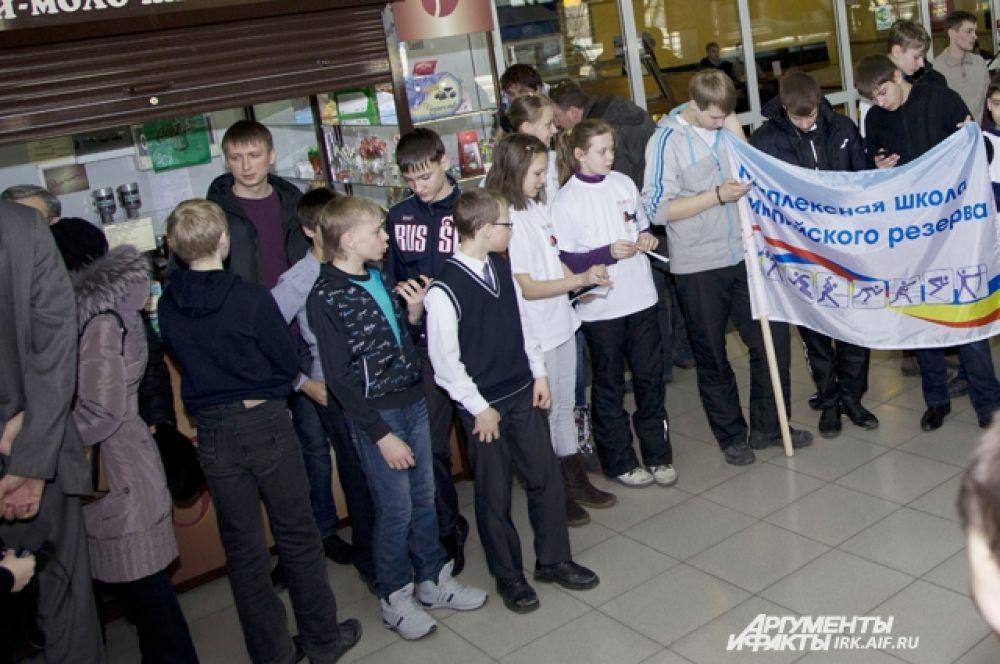 Ребята захватили с собой флаги.