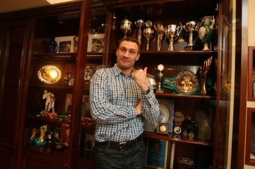 Виталий Кличко позирует на фоне своих наград