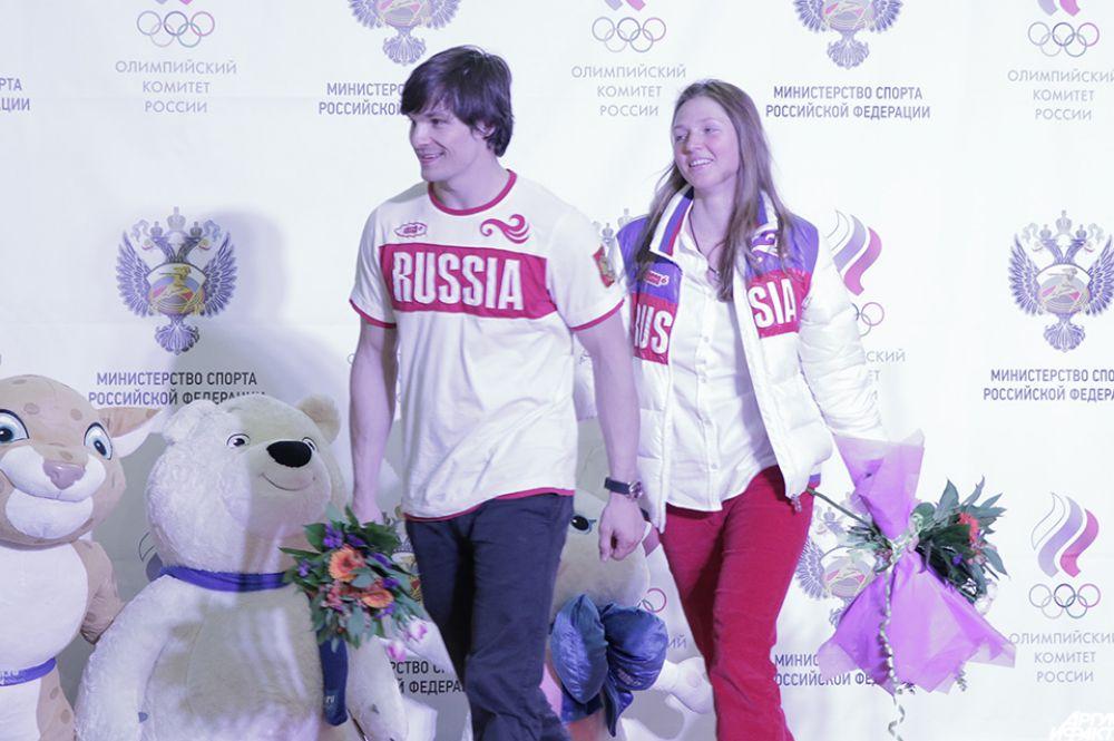 Болельщики тепло поприветствовали Вика Уайлда, уроженца США, принесшего России две золотые медали. Онвышел вместе сосвоей невестой Аленой Заварзиной, тоже выигравшей медаль вСочи. «Спасибо огромное! Еслибы невы, мыбы недостигли этих высот. Спасибо всем, кто любит кататься насноуборде. Мывас любим»,— сказала Заварзина, позже добавив: «Вик говорит, что без вас онбы ничего несмог». Уайлд повторил тоже самое наанглийском.