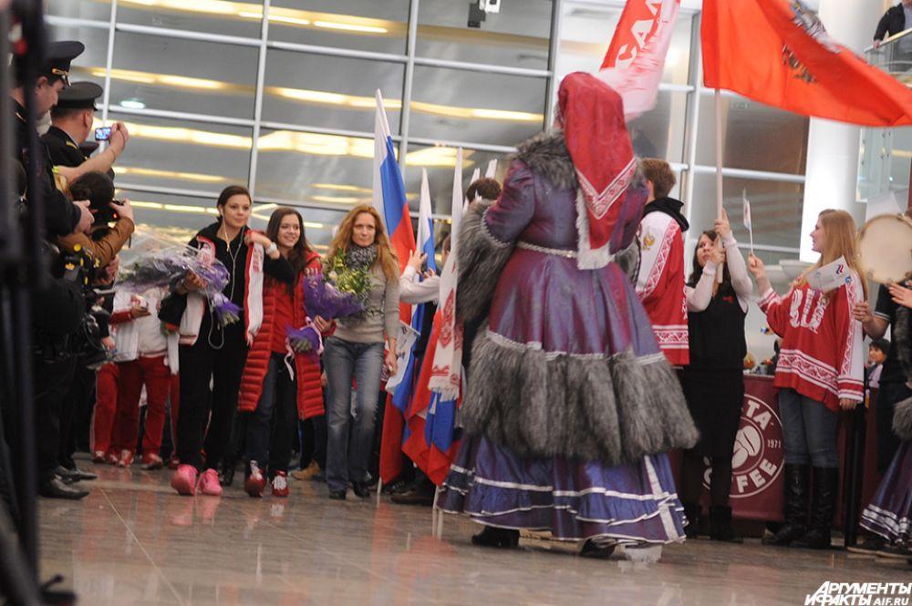 Спортсменов встречали хлебом исолью— всё мероприятие вчесть российской победы было выдержано внациональном стиле.