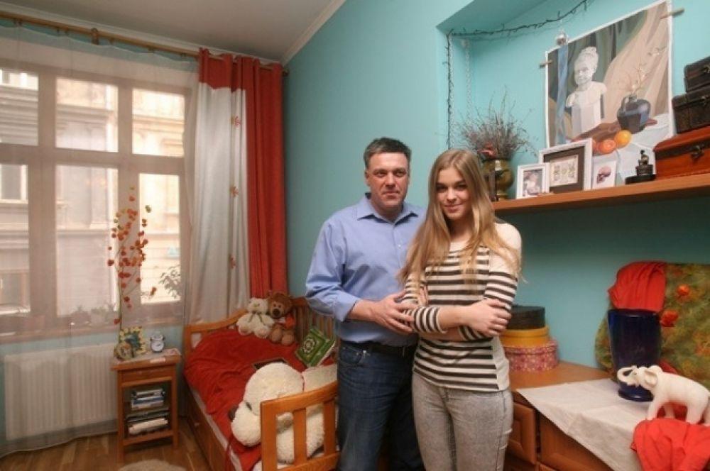 Олег Тягнибок показывает комнату дочери