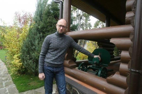 Арсений Яценюк показывает модель пулемета