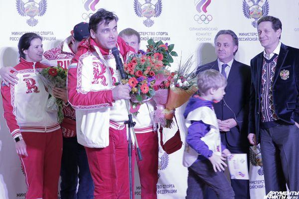 «Без вашей помощи мыбы несмогли так выступить изащитить честь страны. Надеюсь набудущее»,— заявил саночник Альберт Демченко, герой Игр, который отправится наследующие уже встатусе тренера команды.