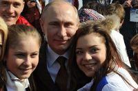 Президент России Владимир Путин с призёрами Олимпийских игр в Сочи Юлией Липницкой и Аделиной Сотниковой.