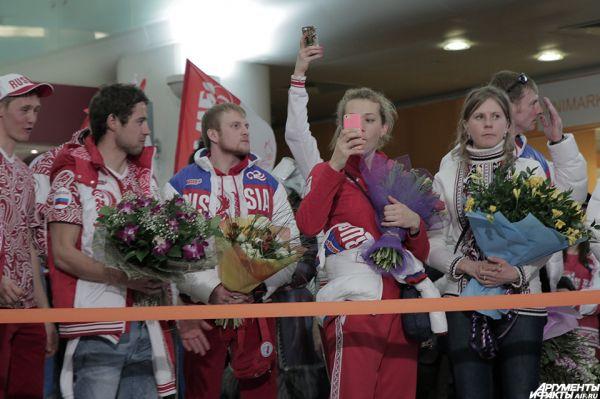 Когда спортсмены начали выходить, каждого встречали аплодисментами.