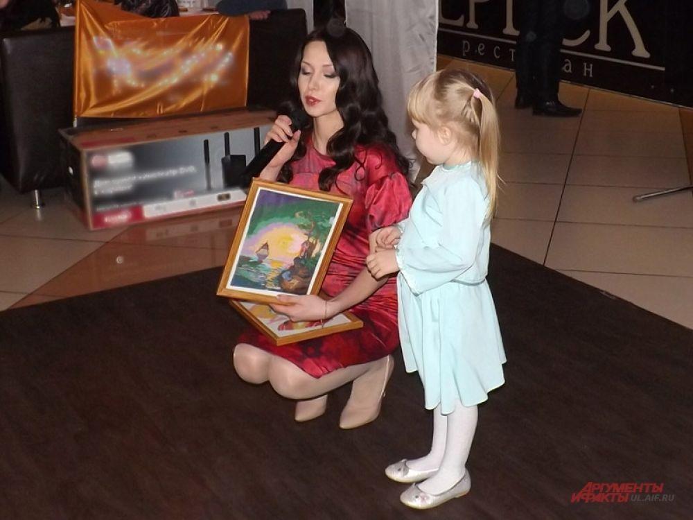 Мария Айзатуллова вместе с дочкой представила бисерные картины