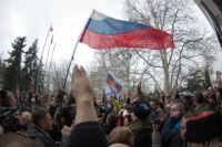 Участники митинга возле городской администрации Севастополя выступают против признания незаконным избрания предпринимателя Алексея Чалого главой города.