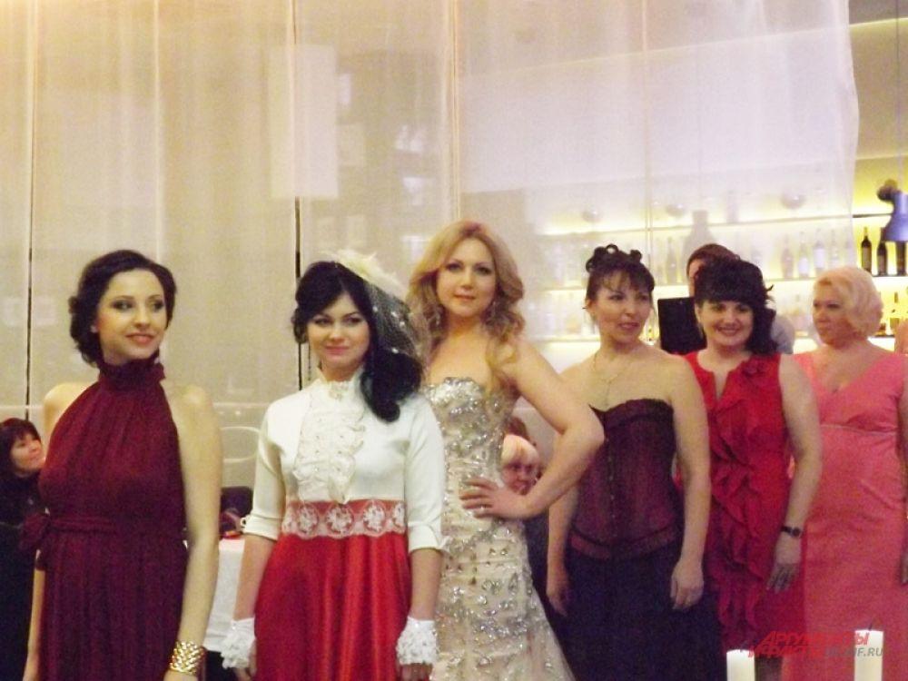 Участница дефилировали в красивых платьях