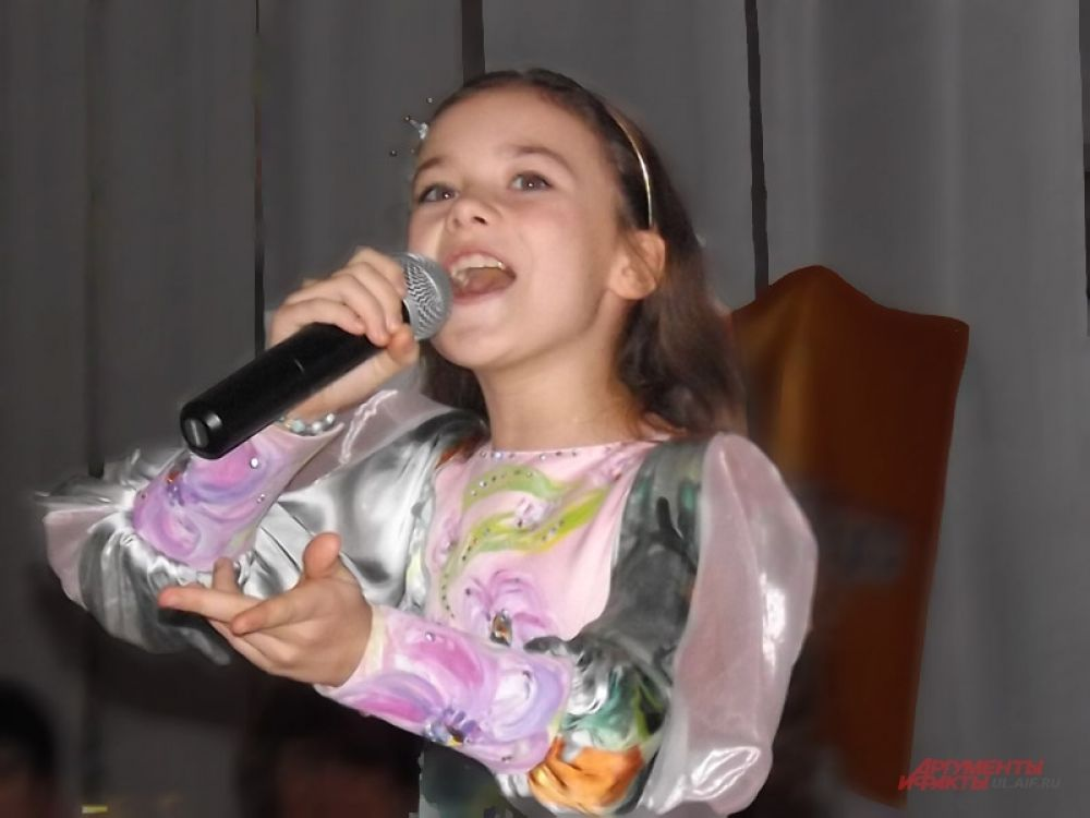 Порадовала гостей песней «Мини мисс мира - 2012»