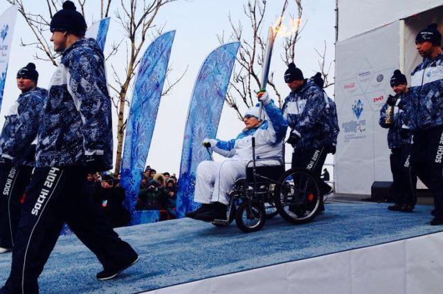 Честь первым нести Огонь Паралимпийских выпала победителю и призеру краевых соревнований по инваспорту Руслану Чуканову
