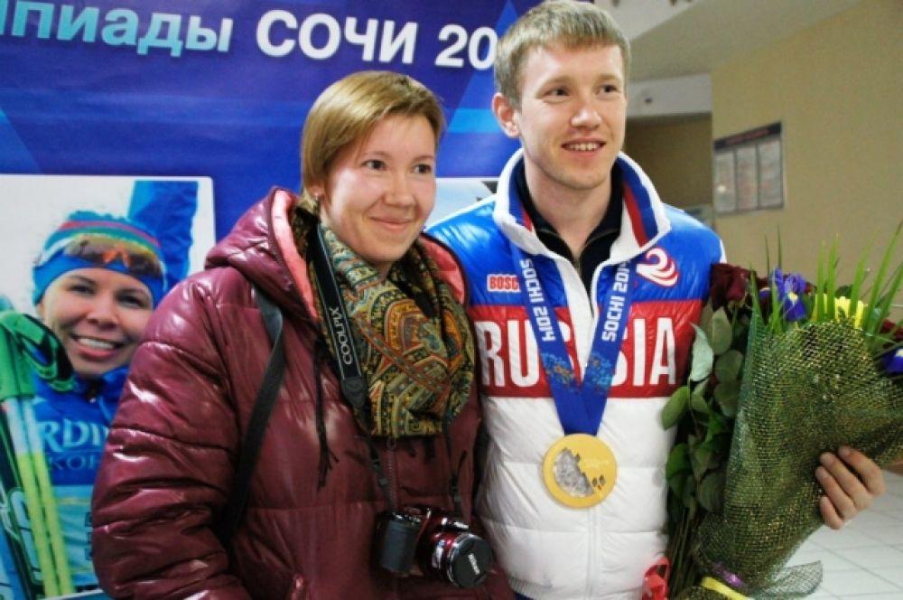 Журналист АиФ-Югра Надежда Зиновьева также не упустила возможности сфотографироваться с чемпионом.