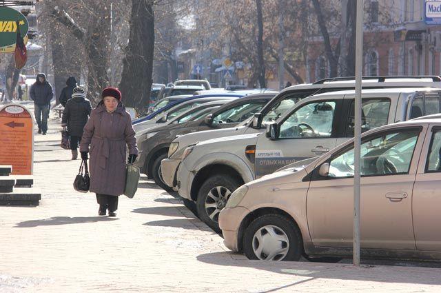 Весь центр города практически заставлен машинами.