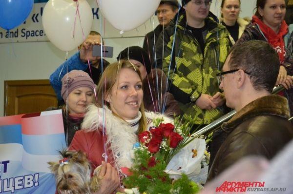 Первой из зала прилёта вышла Надежда Сергеева, друзья и родные встретили кемеровчанку очень тепло.