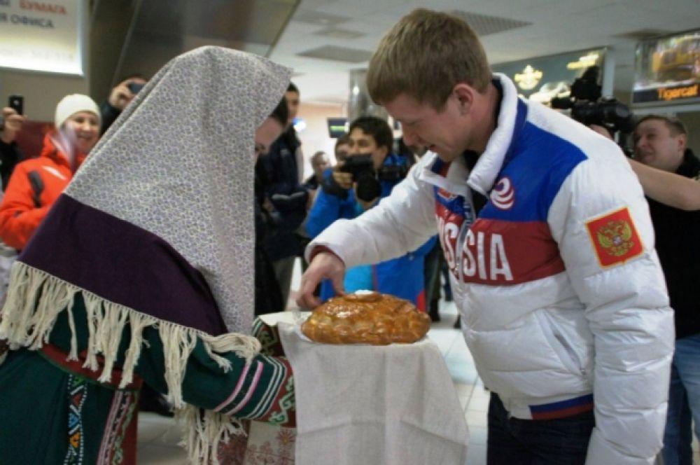 Олимпийского чемпиона в аэропорту ханты-Мансийска встречали с хлебом и солью.