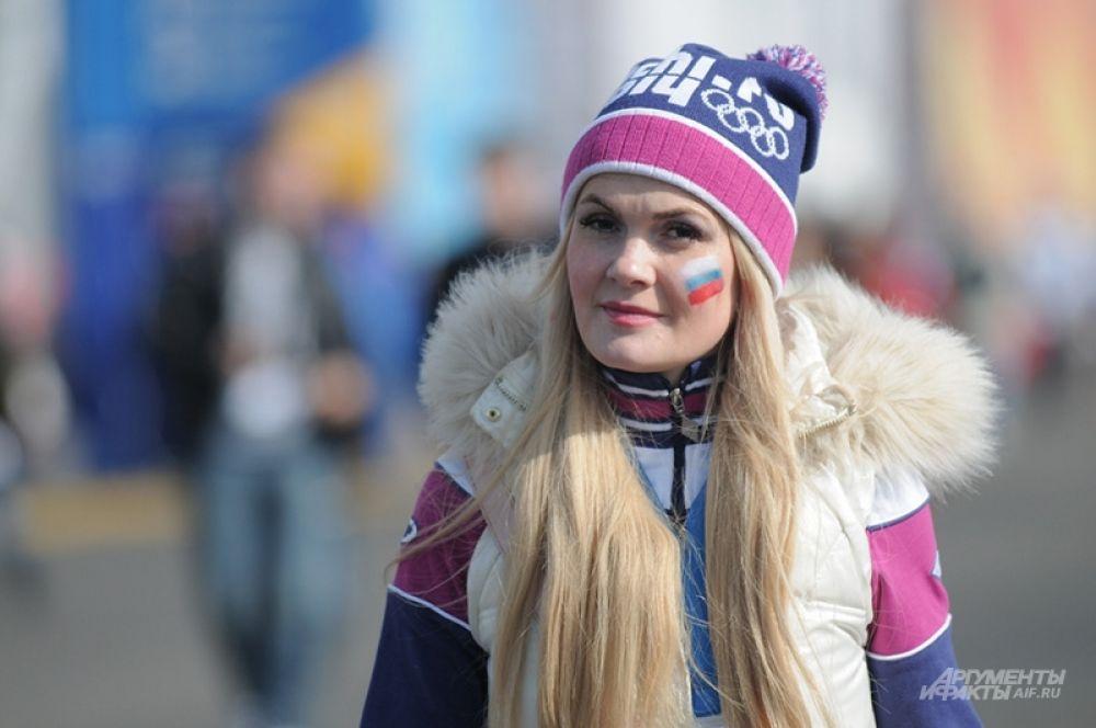 Стандартной отличительной чертой россиянок стал наш триколор на щеке, который бесплатно рисовали всем желающим на входе в Олимпийский парк.
