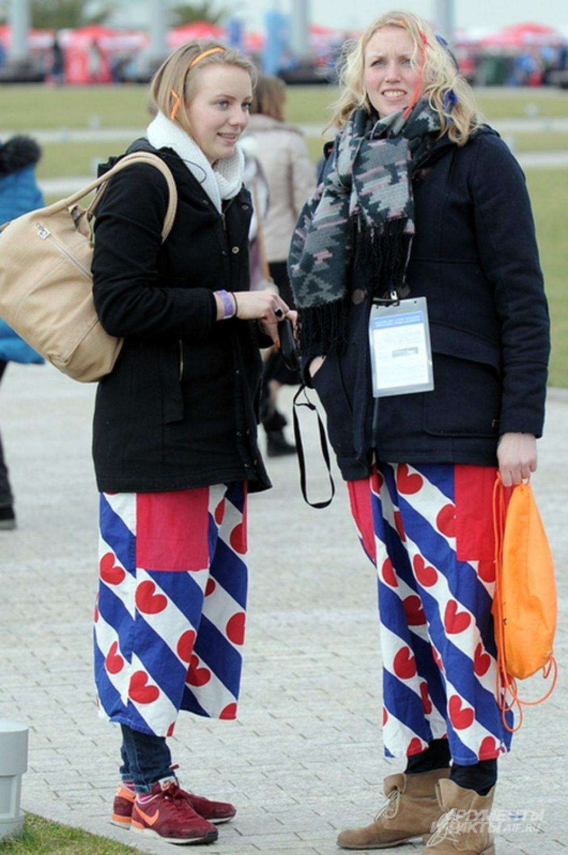Голландские болельщики обычно - самые яркие, но даже в буйстве их оранжевых нарядов не затерялись две девушки, облаченные в юбки цветов футбольного клуба из города Херенвен.