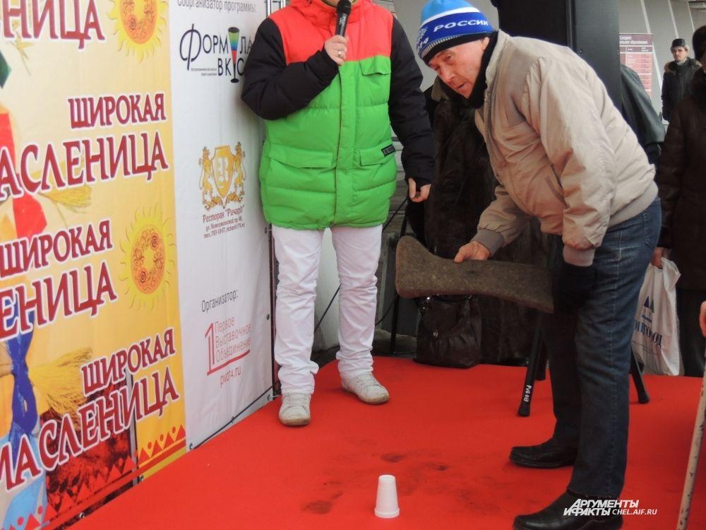 Старинная русская забава - кидать валенок. Нужно выбить три пластиковых стаканчика, как в боулинге. Победителям - призы.