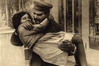 Светлана Сталина на руках отца, 1935 год.
