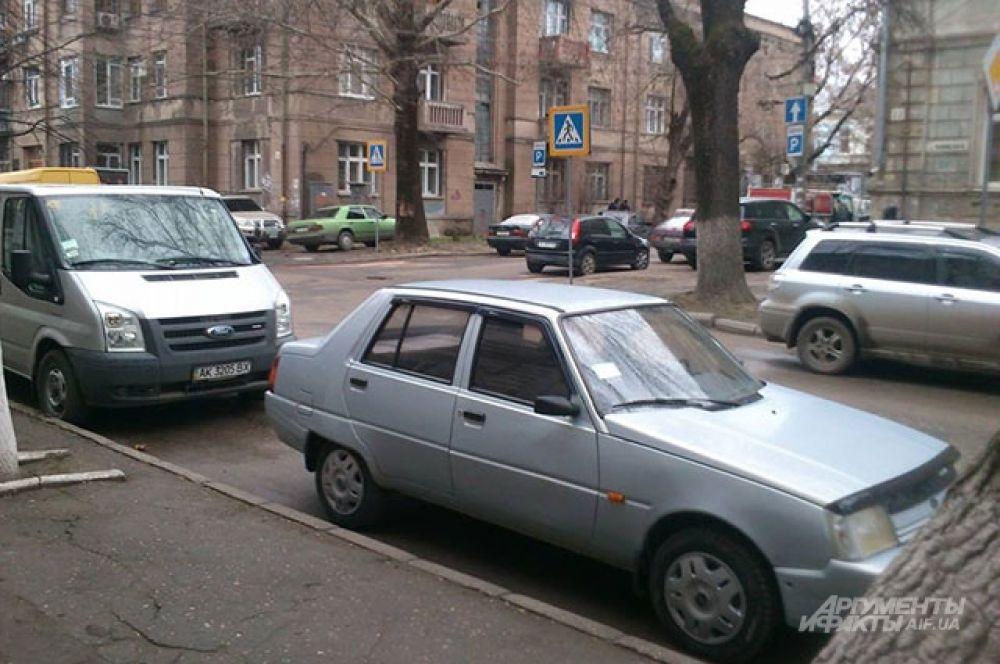 Машины на ул. Жуковского недалеко от Верховного совета Крыма. По словам местных жителей, обычно так много машин здесь не бывает даже в летний сезон.