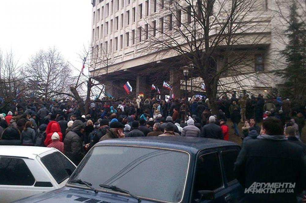 Недалеко от входа в крымский парламент с этой стороны митингующие скандировали «Россия! Россия! Россия!». Среди них было много «антифашистов» спортивного телосложения и с георгиевскими ленточками.