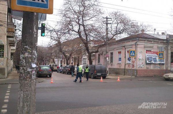 На подъезде к Верховному совету АРК движение на дорогах регулировали инспекторы ГАИ.