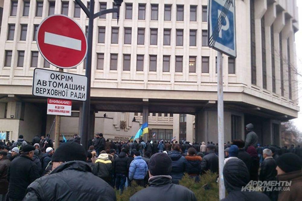 У входа в парламент собрались сторонники Украины.