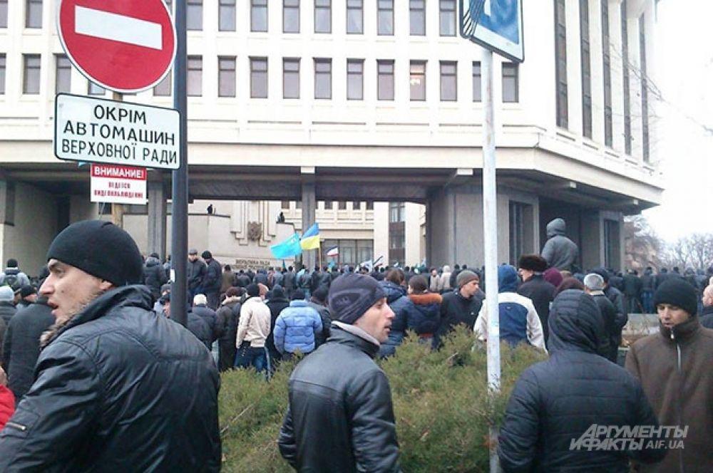 Непосредственно возле входа в здание крымского парламента митингующие скандировали «Украина!».