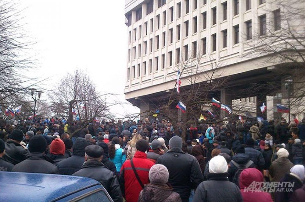 Во время митинга с этой стороны Верховного совета Крыма можно было увидеть множество российских флагов.