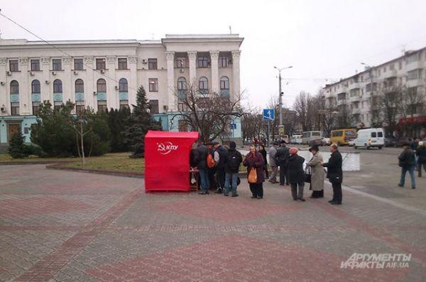 В палатках КПУ раздавали агитационные материалы и собирали подписи за то, чтобы не сносили памятник Ленину. Также активисты против переноса монумента.