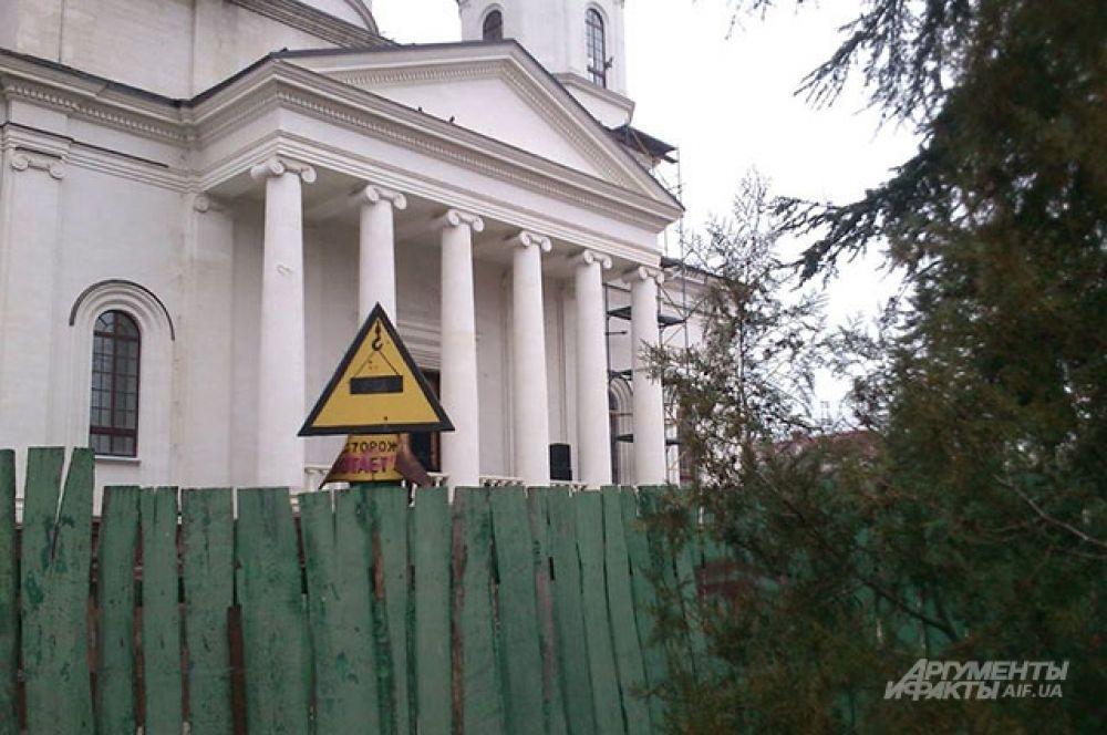 На здании церкви в день митинга у парламента установили динамики для агитации.