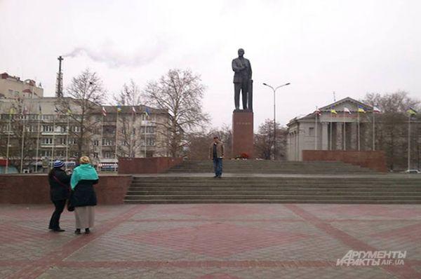 Пока у здания парламенты шло противостояние манифестантов, на площади Ленина было спокойно. Митингующим пока что не до памятника вождю мирового пролетариата.