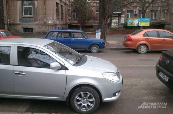 Перед митингом к крымскому парламенту направлялись десятки машин.