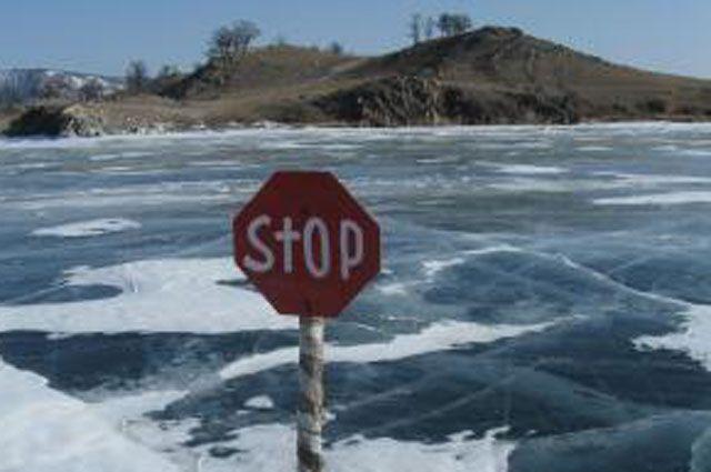 23 февраля на заливе Якоби в Иркутске чуть не ушли под лёд несколько десятков машин.