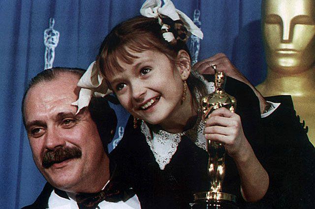 Актёры фильма «Утомлённые солнцем» Никита Михалков и его дочь Надя c «Оскаром» за лучший иностранный фильм. 1995 год.