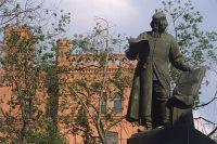 Памятник первопечатнику Ивану Фёдорову, 1909 год. Скульптор Сергей Волнухин, архитектурное оформление Ивана Машков.