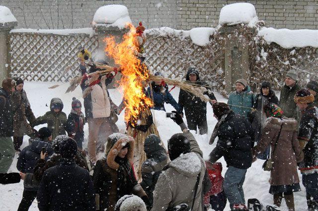 Снег не помешает сжиганию чучела Масленицы.