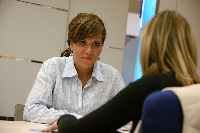 Трудоустроиться женщине с маленьким ребенком помогут на бирже труда.