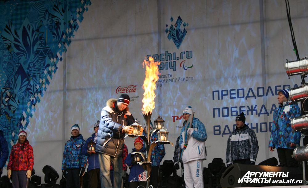 Пять лампад с языками «металлургического» пламени были помещены на лепестки Каменного цветка, который вспыхнул Паралимпийским огнем.