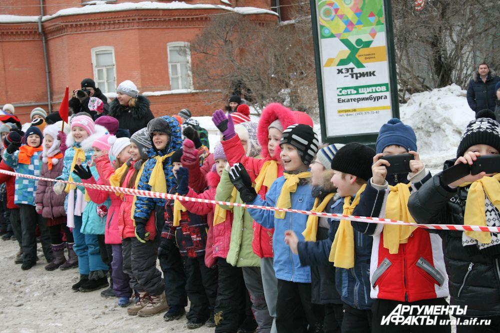 По пути следования Паралимпийского огня факелоносцев приветствовали горожане. Особенно бурный восторг демонстрировали ребятишки.